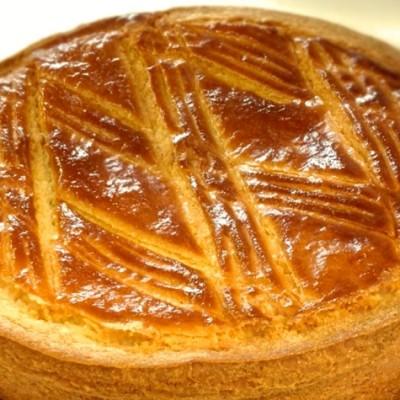 Gâteau basque - Le gâteau basque est une recette typique de la cuisine basquaise qui se déguste tiède ou froid à tout moment.