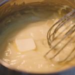 Tarte Tropézienne – Ajouter le beurre, et bien émulsionner. La crème pâtissière devient ainsi une crème mousseline. (Photo : Elodie Davis).