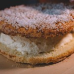 Tarte Tropézienne – Etaler la crème sur la première moitié de brioche et replacer l'autre moitié. (Photo : Elodie Davis).