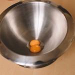 Tarte Tropézienne – Clarifier les œufs est une des premières techniques de pâtisserie à maîtriser. (Photo : Elodie Davis).