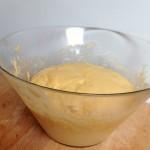 Tarte Tropézienne – Après les 2 heures de pousse, chasser l'air de la pâte (dégazer). (Photo : Le bon Chef).