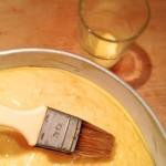 Tarte Tropézienne – Mélanger le jaune d'œuf avec le lait et dorer la brioche. (Photo : Le bon Chef).