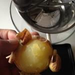Gnocchis de pommes de terre - Éplucher les pommes de terre pendant qu'elles sont encore chaudes.