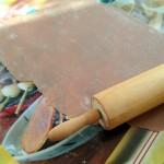 Cannoli siciliani - Étaler la pâte très finement à l'aide d'un rouleau à pâtisserie