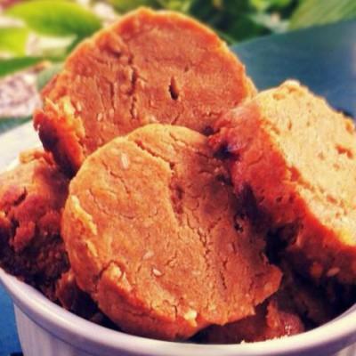Petits sablés au paprika - Parfaits pour l'apéritif ces petits sablés au paprika sont très faciles à faire et se conservent plusieurs jours dans une boîte en fer.