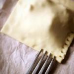 Petits feuilletés au Roquefort - Chiqueter les bords avec les dents d'une fourchette.