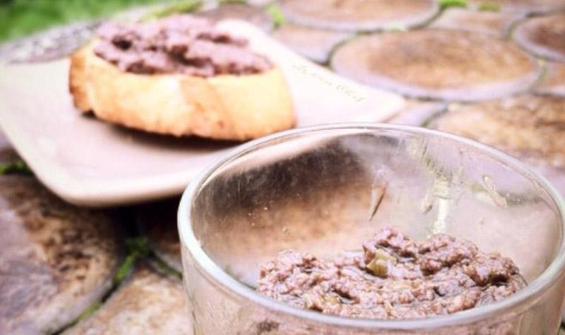 Tapenade maison aux olives noires - Une recette maison extrêmement facile, au bon goût d'olives. Laissez entrer les cigales et la Provence dans votre cuisine