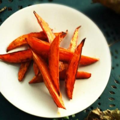 Frites de patates douces au paprika - Cette recette a de quoi rendre les potatoes et les frites classiques vertes de jalousie.
