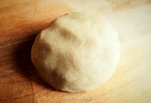 Pâte d'amande crue maison - La pâte d'amande est une recette très simple à réaliser. Ça demande un peu de temps, mais ça en vaut vraiment la peine!