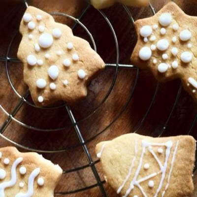 Petits sablés de Noël - De jolis sablés de Noël à faire avec les enfants pour décorer le sapin.