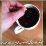 Mug cake coeur coulant au chocolat et crème de marrons - Les 3 carrés de chocolat seront ajoutés au cœur de la préparation afin de créer le cœur coulant.