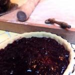 Tarte à la confiture de cerises : Pâte, recouverte d'une couche réguliere de confiture.