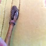 Cette roulette cannelée permet de découper des bandes de pâte très rapidement.