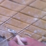Beignets de Carnaval - Découper la pâte en forme de losange, et faire une petite incision dans chaque losange.