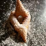 Beignets de Carnaval - A l'aide d'une passette, saupoudrer de sucre glace.