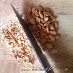 Carpaccio d'ananas et croquant de fruits secs - Concasser les cacahuètes à l'aide d'un couteau.