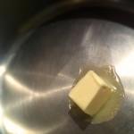 Gratin de poireaux aux lardons - Mettre le beurre dans un poêle sur feu modéré.