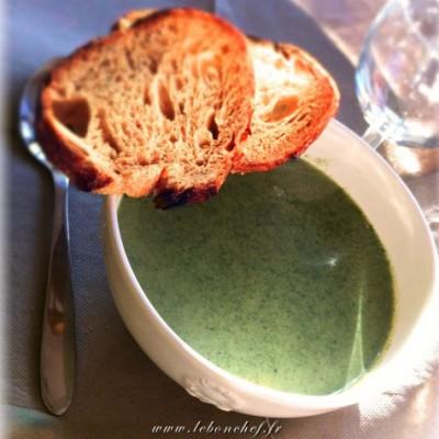 Potage à l'ortie - Découvrez un potage réconfortant qui mêle la saveur aromatique de l'ortie et le fondant de l'emmental.
