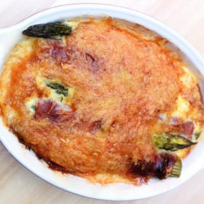 Gratin d'asperges au jambon - Cette recette est l'occasion d'initier les enfants et les adultes réfractaires aux asperges.