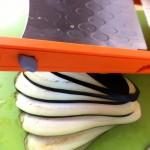 Roulés d'aubergines grillées à la mozzarella - Tailler les aubergines en fines tranches de à l'aide de la mandoline.