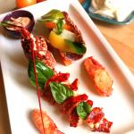 Salade de homard rôti, vieilles tomates et mozzarella - Un régal à déguster en tête-à-tête!