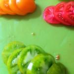 Salade de homard rôti, vieilles tomates et mozzarella - Couper les tomates en rondelles régulières.