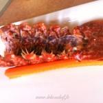 Salade de homard rôti, vieilles tomates et mozzarella - disposer parallèlement 2 bâtonnets de carottes en les espaçant suffisamment pour fixer la carapace dorsale en bateau.
