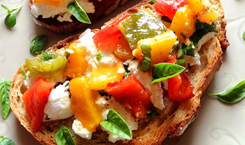 Crostini aux poivrons et chèvre frais - Il ne faut qu'un tour de main pour réaliser ces crostini qui raviront vos amis.