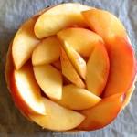 Tarte aux nectarines et perles de groseilles blanches - Dresser les quartiers sur la tarte en formant des rosaces rangées, en partant de l'extérieur vers l'intérieur.