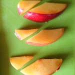 Tarte aux nectarines et perles de groseilles blanches - Raccourcir les quartiers restants à l'aide d'un couteau d'office.