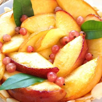 Tarte aux nectarines et perles de groseilles blanches - Dans cette recette, le côté doux et sucré de la crème pâtissière compense l'acidité des groseilles blanches.