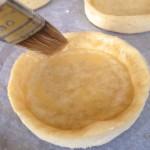 Tarte spirale aux légumes - Les protéines d'oeufs en séchant vont imperméabiliser le fonds de tarte.