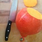 Gratin de potimarron et noisettes - Couper les deux extrémités puis le couper en deux.