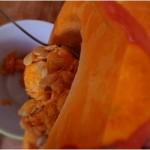 Gratin de potimarron et noisettes - vider l'intérieur du potimarron avec une cuillère à soupe.