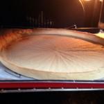 Tarte aux framboises - Retirer le papier sulfurisé et les haricots secs et continuer la cuisson pendant 3 minutes.