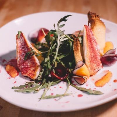 Salade de rougets - C'est l'association sucré-salé qui fait toute l'originalité de cette délicieuse salade. (Photo : Elodie Davis).