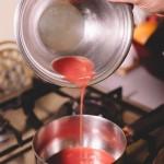 Salade de rougets - Dans une casserole, verser le jus d'orange sanguine. (Photo : Elodie Davis).