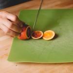 Salade de rougets - Peler l'orange de façon à supprimer toute la peau blanche et fine qui recouvre la chair de l'agrume. (Photo : Elodie Davis).