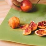 Salade de rougets - Une fois l'orange sanguine pelée il ne vous restera plus qu'a récupérer les segments. (Photo : Elodie Davis).