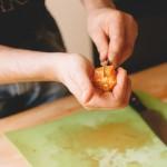 Salade de rougets - Détacher les suprêmes d'orange sanguine en glissant la lame d'un couteau d'office entre les membranes. (Photo : Elodie Davis).