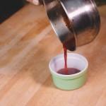 Salade de rougets - La réduction d'un jus a pour but d'augmenter la saveur. (Photo : Elodie Davis).