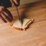 Salade de rougets – Parer les bords, puis couper la tranche en deux triangles. (Photo : Elodie Davis).