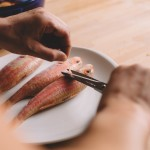 Salade de rougets - retirer les nageoires ventrales et dorsales à l'aide de ciseaux. (Photo : Elodie Davis).