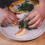 Salade de rougets - Ajouter la roquette en donnant du volume. (Photo : Elodie Davis).