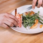 Salade de rougets - Disposer délicatement les filets de rouget. (Photo : Elodie Davis).