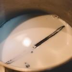 Tarte aux fraises – (Photo : Elodie Davis). Porter le tout à ébullition sur feu doux pour bien faire infuser la vanille dans le lait. (Photo : Elodie Davis).