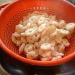 Salade de la mer à l'italienne - Attendre le refroidissement complet des crevettes avant de réserver au réfrigérateur.