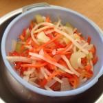 Salade de la mer à l'italienne - Egoutter la giardiniera dans une passoire placée au dessus d'une assiette.