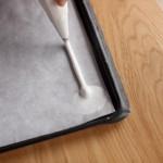 Tarte au citron meringuée revisitée - Former des bâtonnets de meringue sur la moitié d'une plaque de four.
