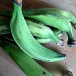 Frites de banane plantain - La banane plantain est un légume à peau verte et épaisse, long de 30 à 40 cm, à texture ferme à maturité.